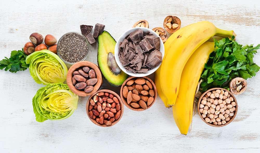 מבחר מאכלים ממבט על - בננות, קטניות, אבוקדו, כרוב, עשבי תיבול, שוקולד