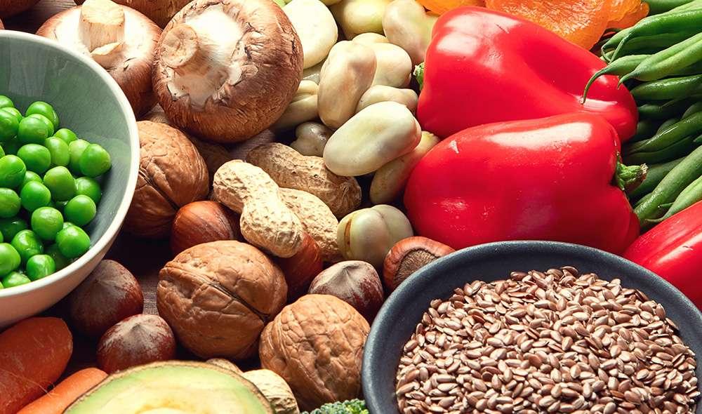 מבחר מאכלים - פלפלים, קטניות, פטריות, אגוזים