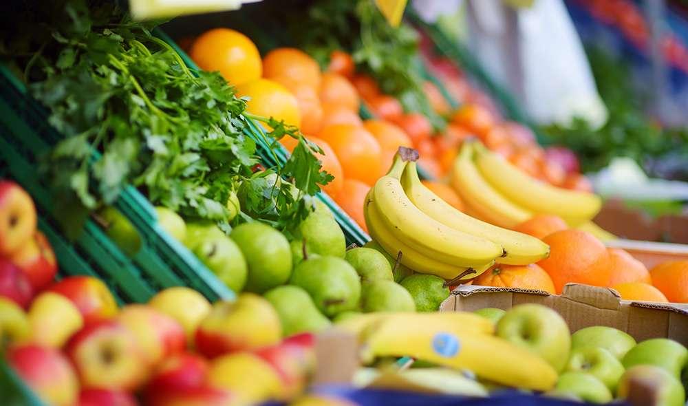 פירות שונים בבסטה - בננות, תפוחים, אגסים, פירות הדר, עשבי תיבול