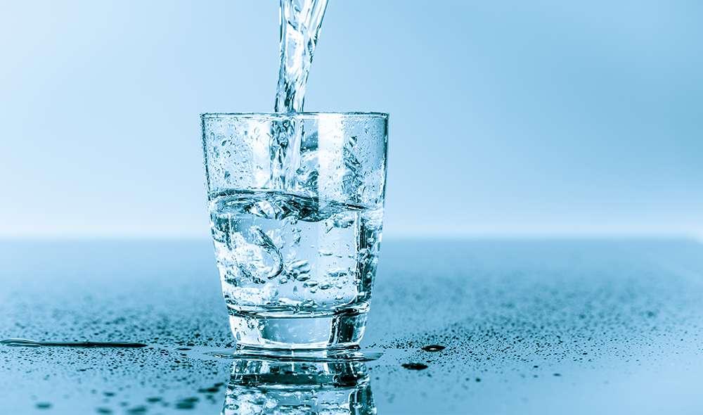 מים נמזגים לכוס