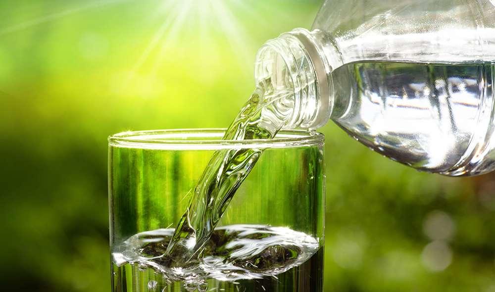 מים נמזגים לכוס מבקבוק