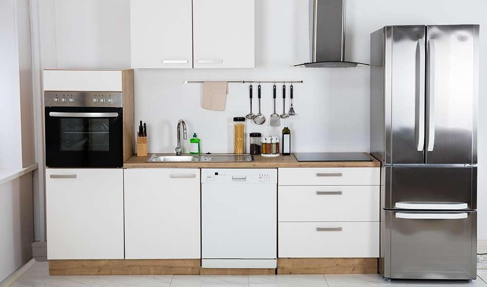 מטבח עם מקרר, כיור, תנור, ארונות מטבח וקולט אדים